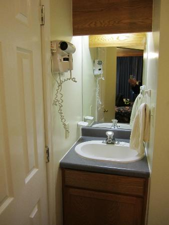 Cool Harbor Motel: Wash basin