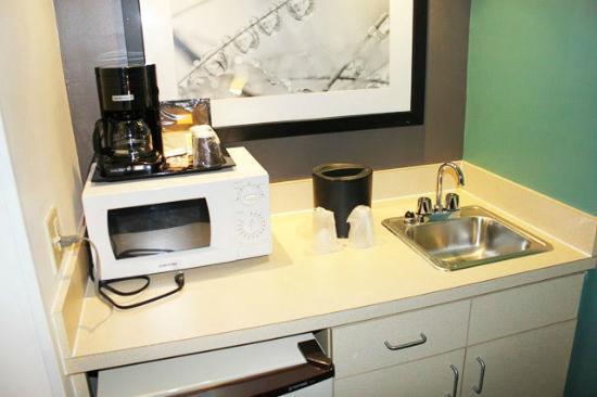 SpringHill Suites Miami Airport South: Pequena cozinha no apartamento