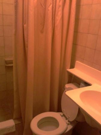 Parador Boquemar: Baño muy pequeño, apestoso a humedad.