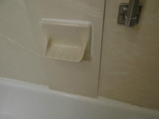 Hampton Inn Richfield: The bathroom needs renovation. See the cracks in the grout there?