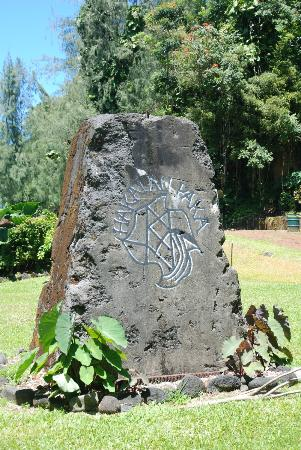 Hakalau Beach: Stone Sign