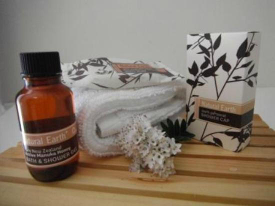 RotoVegas Motel of Rotorua: We provide our guests with 'Natural Earth' hair and boby care products which uses local manuka h