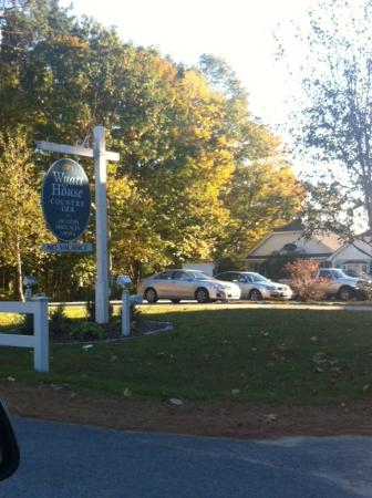 Wyatt House Country Inn: Parking lot! Plenty of parking and easy to get around