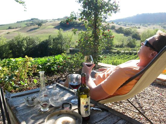 Follonico 4-Suite B&B: Soaking in the Tuscan experience on our private patio