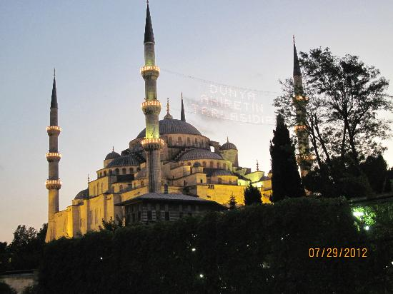 Blue House Hotel: Blue Mosque at night