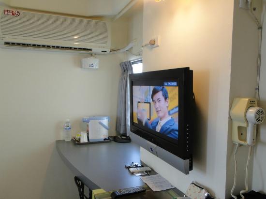 Lienfook Hostelry Hualien: 乾淨舒適、有冰箱及大液晶電視、可無線上網、浴室只有淋浴沒有浴缸