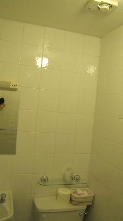 Prague House: Bathroom 