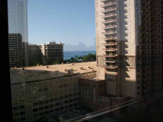 Hilton Grand Vacations at Hilton Hawaiian Village: View between buildings from our room