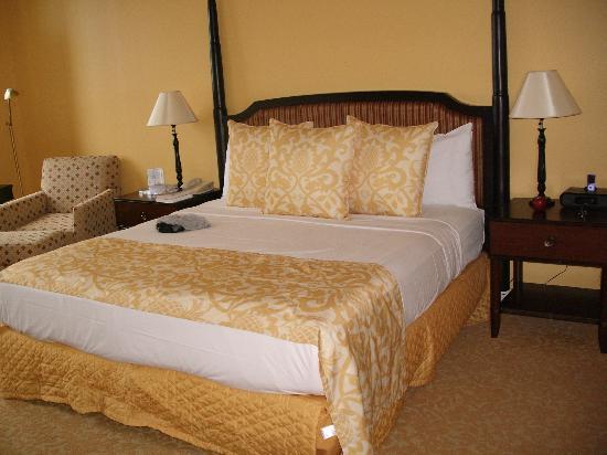 Hilton Grand Vacations at Hilton Hawaiian Village: Master bedroom
