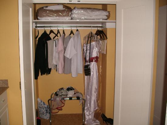 Hilton Grand Vacations at Hilton Hawaiian Village: Master bedroom closet