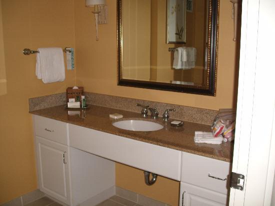 Hilton Grand Vacations at Hilton Hawaiian Village: Second bath