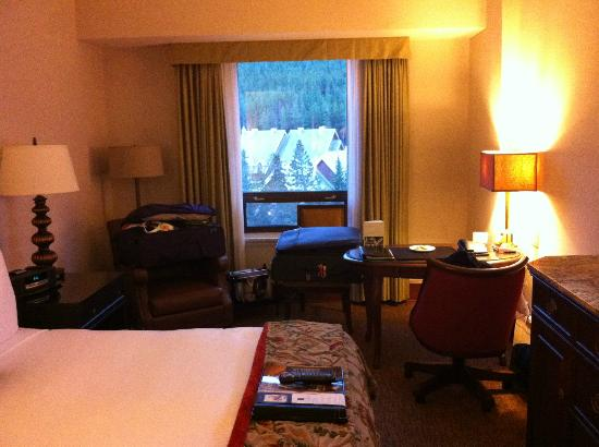 Fairmont Banff Springs : Small room - if this is Gold level, standard rooms must be a broom cupboard