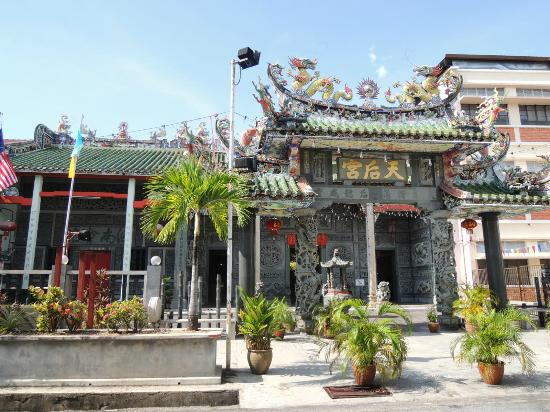 Bayview Hotel Georgetown Penang: Temple nearby