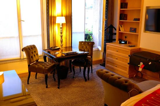 Hotel Baltimore Paris Champs-Elysees: The sitting area in our junior suite