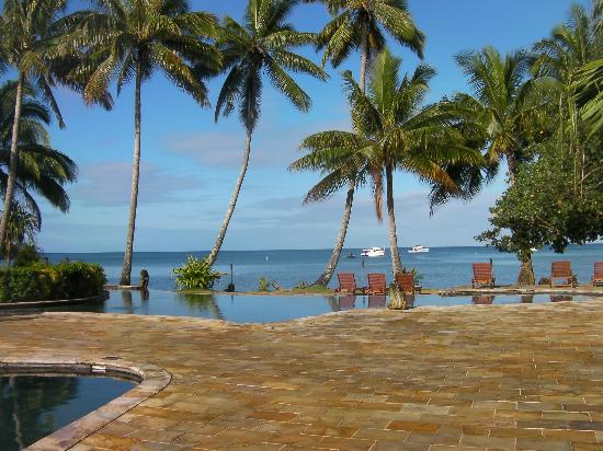 Beqa Lagoon Resort: looking from pool out to sea