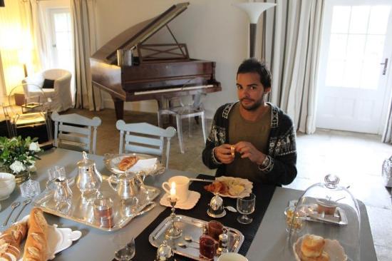 Le Mas de Bassette Maison d'hotes: Breakfast spread