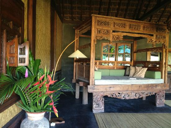 Bali Eco Stay Bungalows: Big day bed in the bungalow.