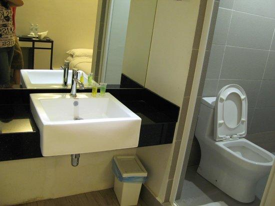 V Garden Hotel: 衛浴設備