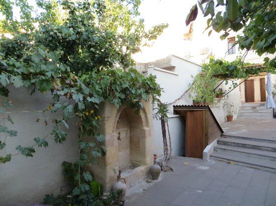 Karadut Cave Hotel: inner courtyard