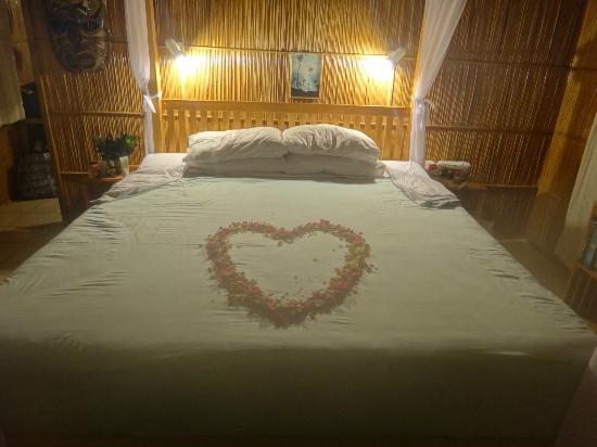 Coconut Grove Beachfront Cottages: Romantic fresh flowers on the bed 