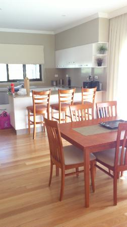 Hermitage Lodge: Dining area and kitchen - note the beautiful natural light