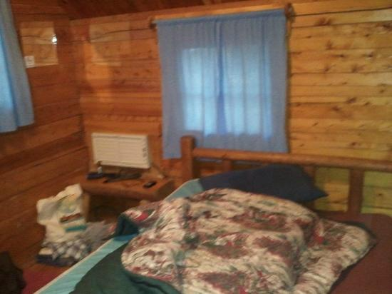 Moab KOA Campground: other side of the front room. a little stool next to the double bed and a window.