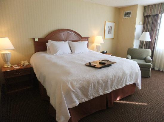 Hampton Inn NY - JFK: Comfortable beds and sitting area