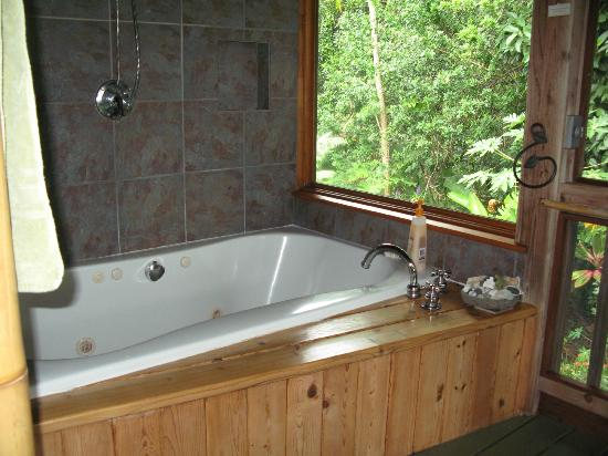 Hamoa Bay Bungalow: Jacuzzi tub