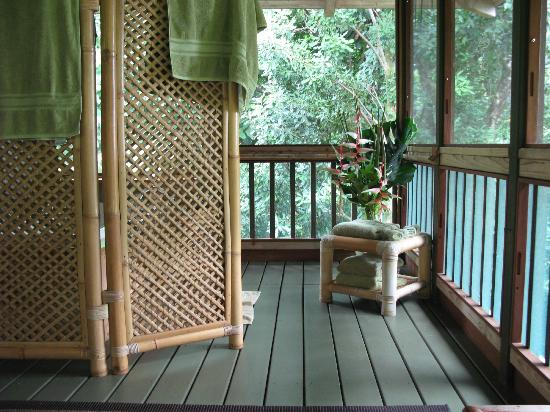 Hamoa Bay Bungalow: Jacuzzi tub on screened porch