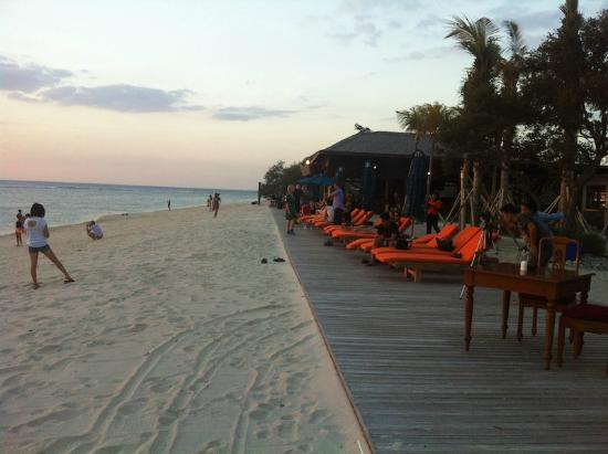 Aston Sunset Beach Resort: Guests waiting in sunset