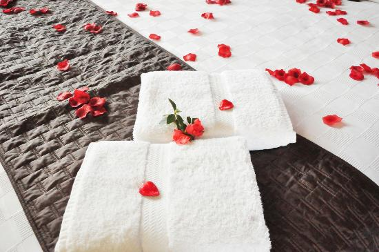 Maleny Views Cottage Resort: The silk petal package for our anniversary (with little love heart chocolates on towels)
