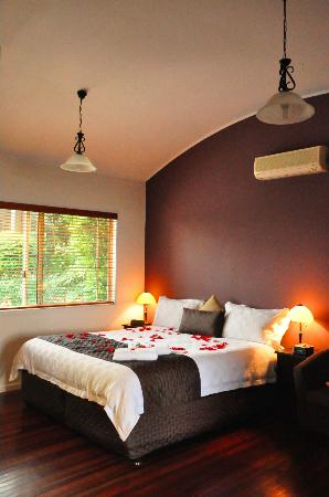 Maleny Views Cottage Resort: The cottage bedroom