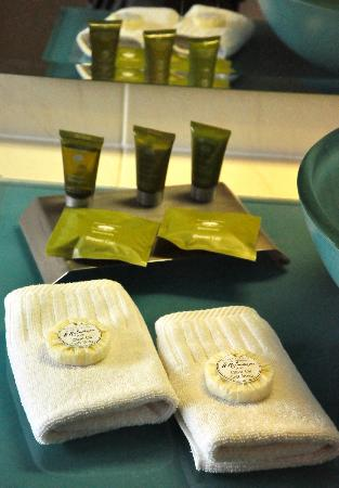Maleny Views Cottage Resort: The handmade soaps and shower packs in our room