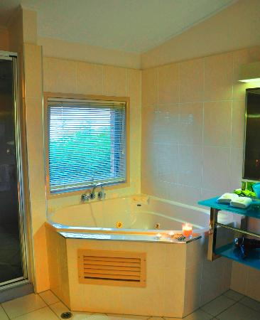 Maleny Views Cottage Resort: The lovely spa and shower room with the tea lights