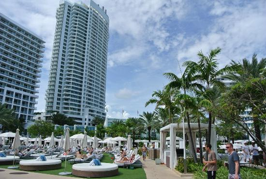 Fontainebleau Miami Beach: Piscina e albergo