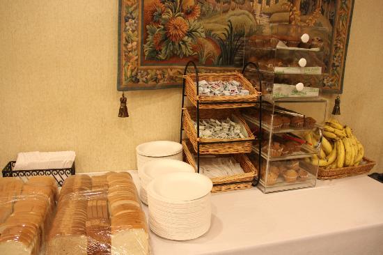 Adante Hotel: 最低限の無料の朝食が食べられます
