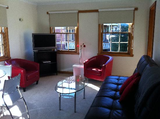 Avon Court Apartments : sunny lounge room/dinning area