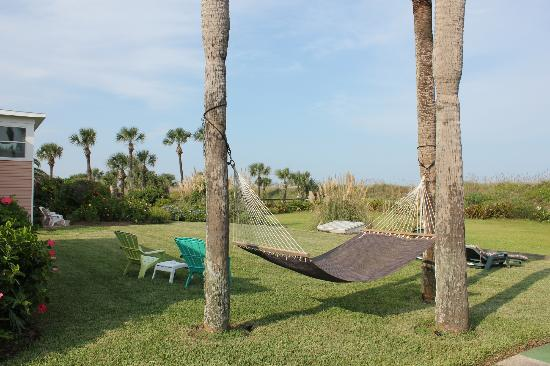 Beachfront Bed & Breakfast: Relax in the well kept garden.