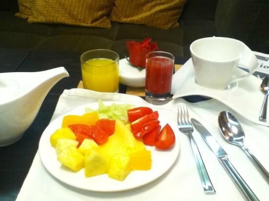 Шератон Палас Отель Москва: club lounge breakfast-- round 1