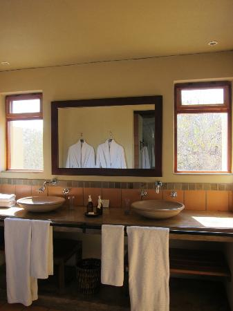 Toro Yaka Bush Lodge: Bath area