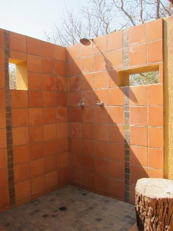 Toro Yaka Bush Lodge: Private outdoor shower
