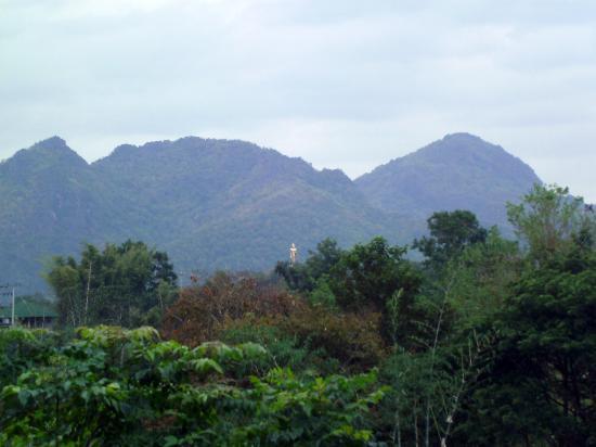 Yoko Riverkwai Resort : Вид из отеля на статую Будды в джунглях