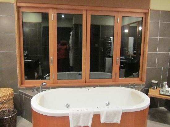 Azur: bathrooms with windows opening on the lake