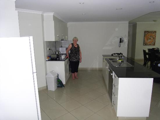 Argus Apartments Darwin : Kitchen/Dining area Argus