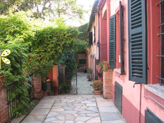 I Castagnoni - Bed&Breakfast e Relais: Garden courtyard