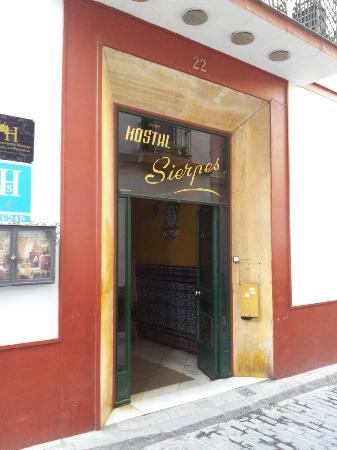 Questa è l'entrata dell'Hostal Sierpes, su Corral del Rey