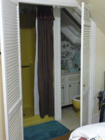 The 1860 House Inn & Rental Home : Il bagno un po' mini (e non molto discreto)