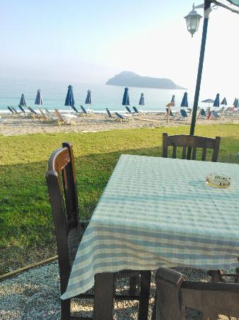 Blue Dome Hotel: Breakfast at the beach