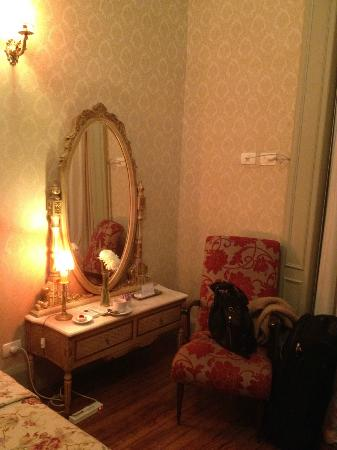Rooney's Boutique Hotel: The mirror