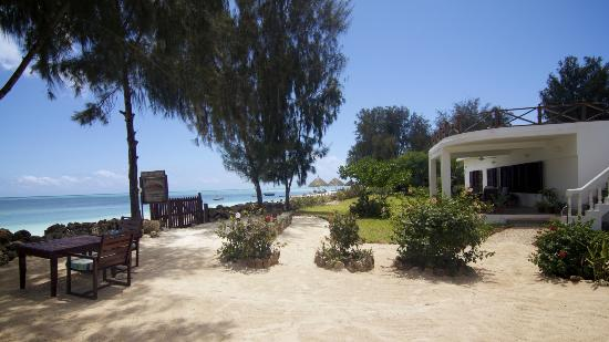 فليم تري كوتدجيز: Beachfront entrance Flame Tree Cttages 